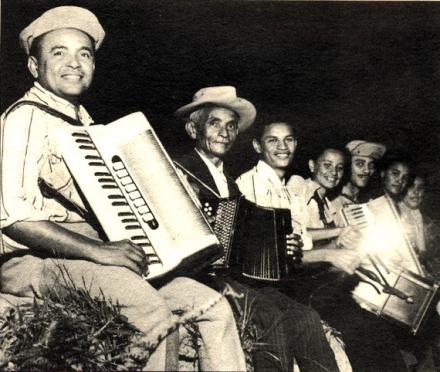 Memorial Luiz Gonzaga do Recife - Januário e seus filhos em foto de 1952